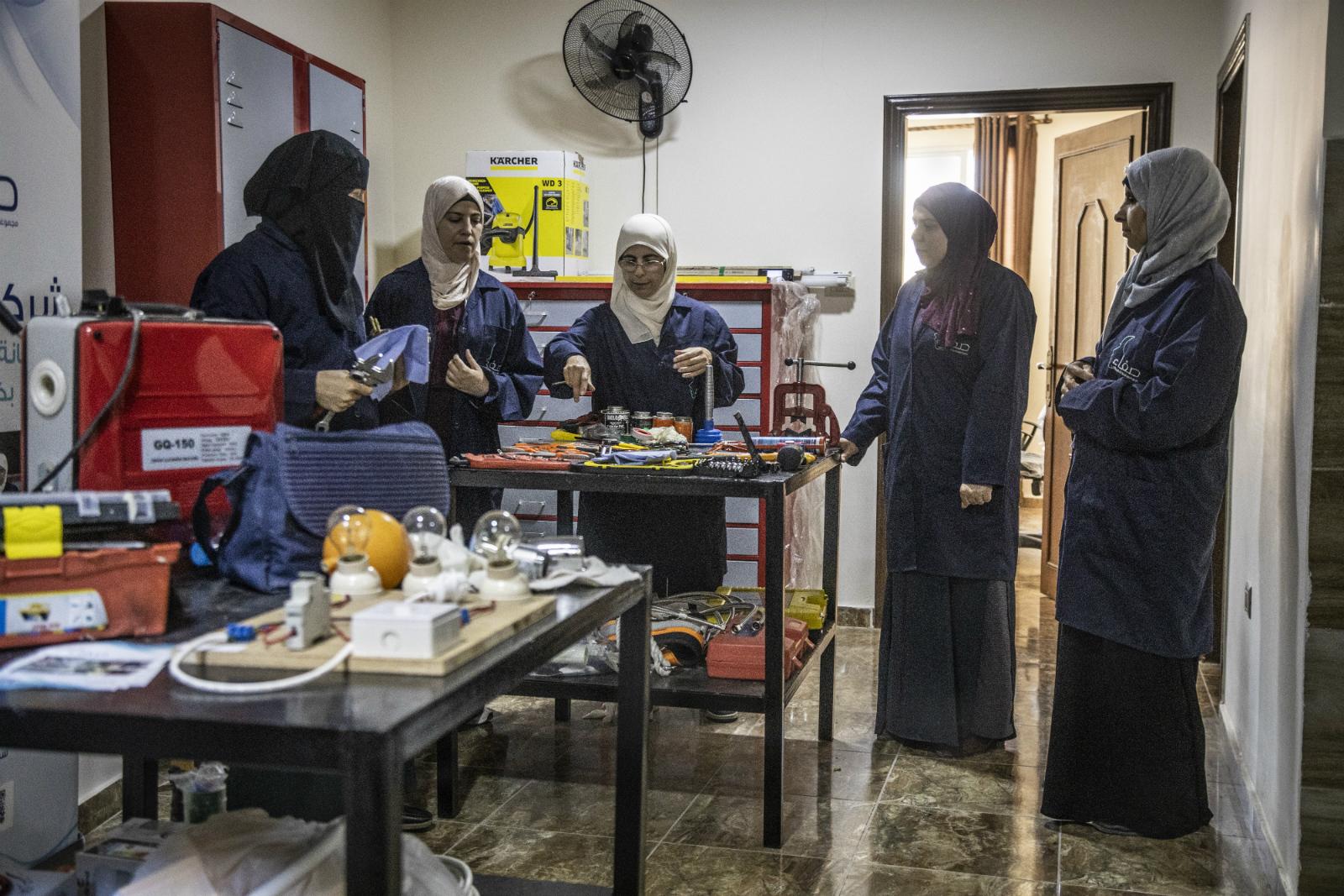 Aprendió plomería por casualidad y ahora enseña a mujeres refugiadas sirias