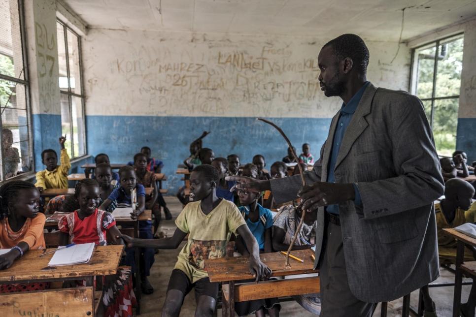 Profesor sursudanés incentiva a sus alumnos refugiados a una educación universitaria