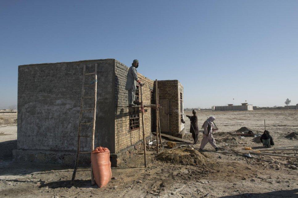 Volver a tener un hogar: Desplazados afganos reciben asistencia para construir casas